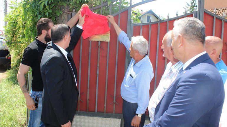 Haziri vendos pllakën e shenjëzimit te shtëpia e heroit Agim Ramadani, në Zhegër