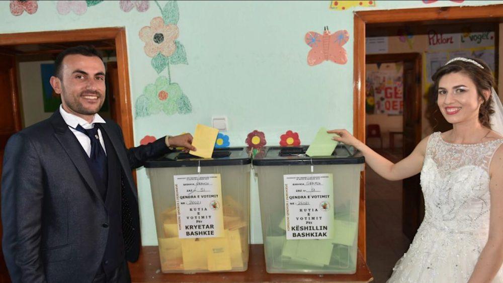 Fotoja e ditës, çifti shqiptar votojnë ditën e martesës