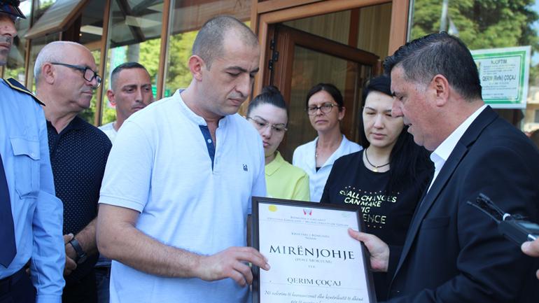 Haziri ndan mirënjohje Post Mortum për humanistin Qerim Çoçaj dhe vendos pllakën e vlerësimit në shtëpinë ku veproi