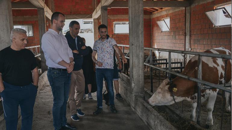 """Kryetari i Komunës së Kamenicës vizitoi fermën """"BIOFARM"""" në Tërstenë"""