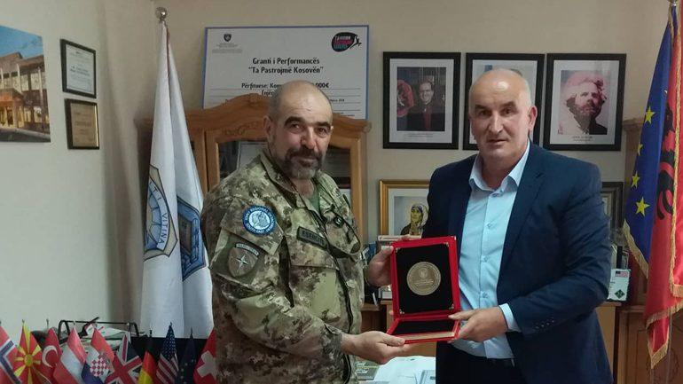 Kreu i Vitisë nderon me mirënjohje kolonelin e KFOR-it për bashkëpunimin e mirë me komunë