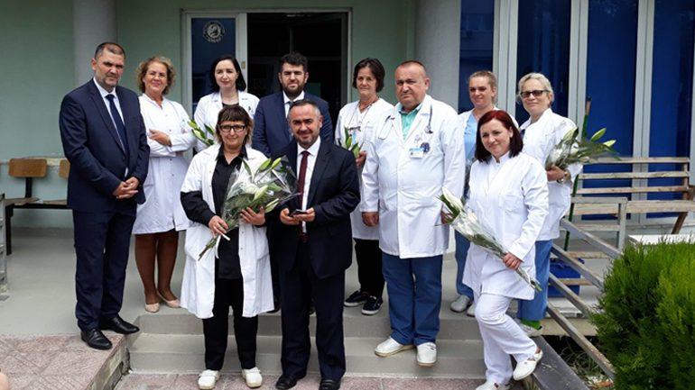 Kryetari i KBI ne Gjilan ndau dhurata për festën e Fitër Bajramit në Spitalin Regjional të Gjilanit