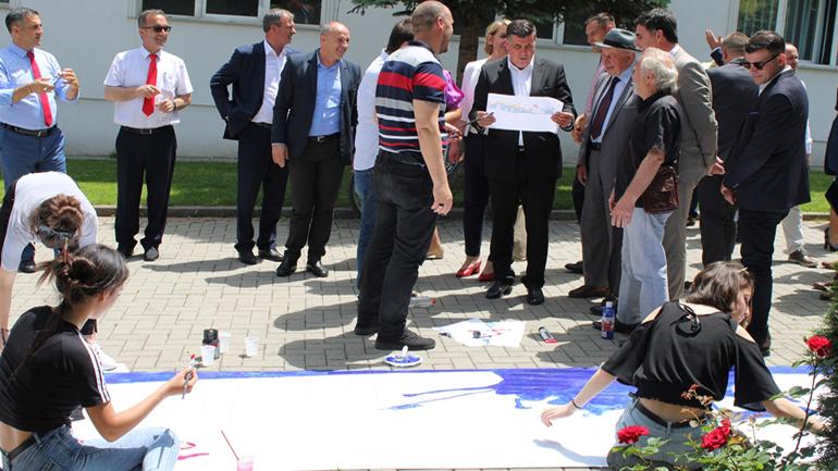 Në Gjilan u pikturua vepra e lirisë, punim në gjatësi prej 20 metra