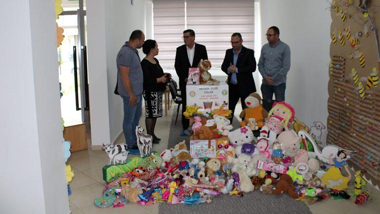 Në Gjilan u shpërndan pako të lodrave për fëmijë në pesë çerdhe publike