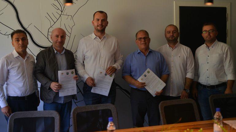 """Nënshkruhet marrëveshja për sigurimin e ujit të pijëshëm në shkollën """"Abdulla Krashnica"""""""