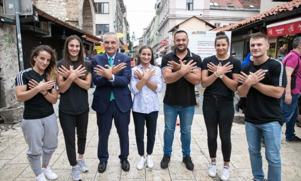 Presidenti i Shqipërisë takohet me xhudistët kosovarë, zgjedh fjalët më të mira