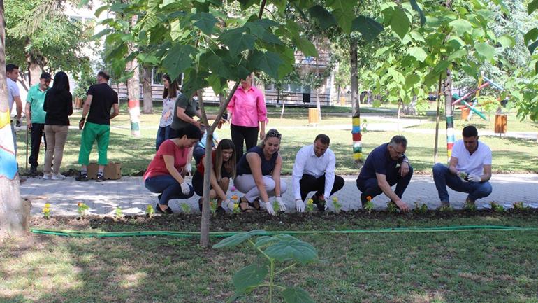Gjilani nis mbjelljen e dymijë luleve në kampusin e shkollave të mesme