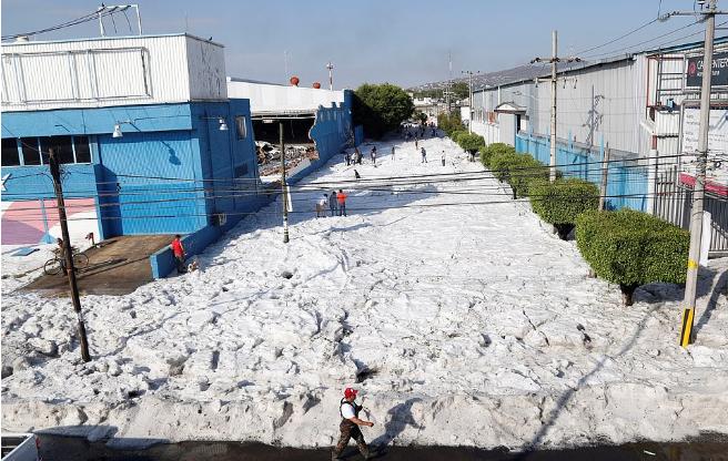 Stuhi dhe breshër bore në Meksikë, bllokohen qytetet