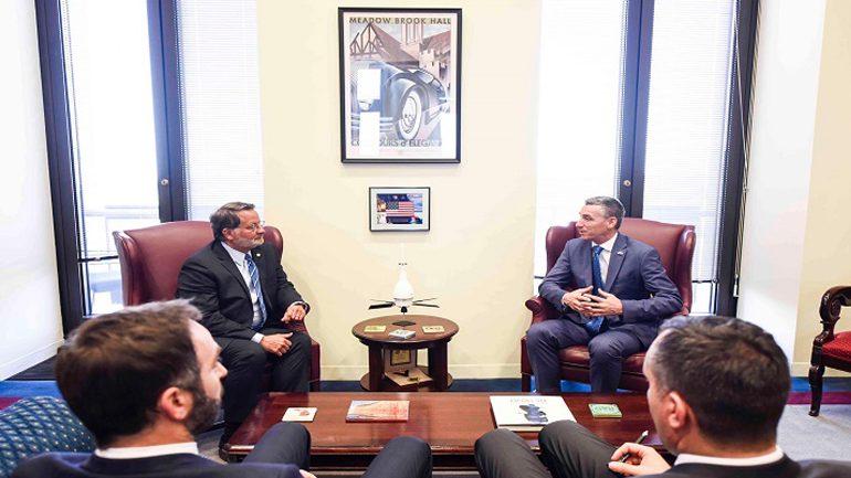 Veseli takon Senatorin demokrat Gary Peters dhe Kongresmenin republikan Vern Buchanan