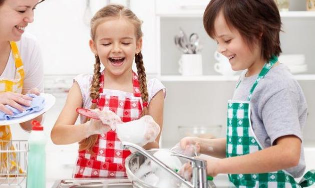 Aktivizoni fëmijët në punët e shtëpisë, ja aktivitetet që ata mund t'i bëjnë paproblem