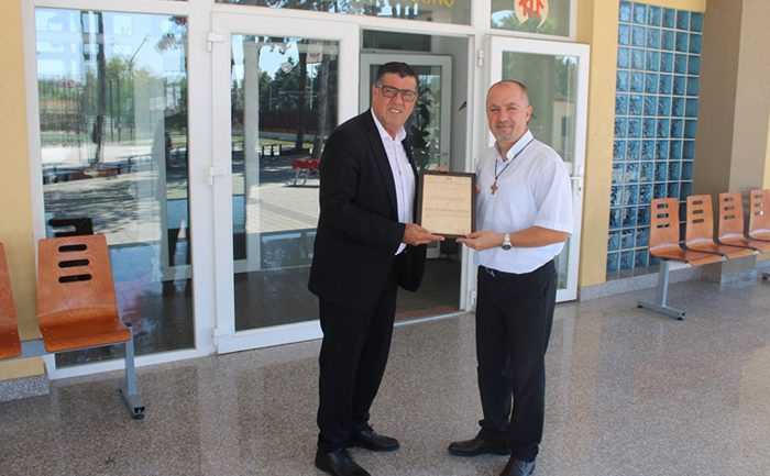 Lutfi Haziri nderon me mirënjohje Don Dominik Qerimin për kontributin në arsim dhe kultivimin e dialogut ndërfetar