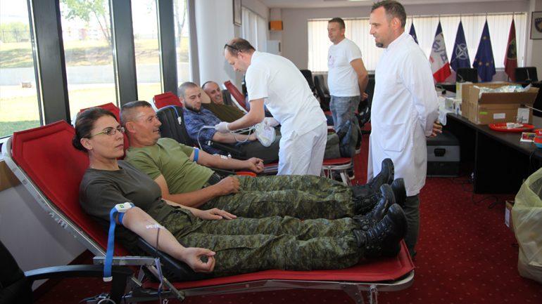 Ushtarak dhe civil të Ministrisë së Mbrojtjes i përgjigjen aksionit humanitar për dhurimin vullnetar të gjakut
