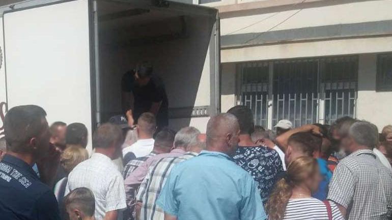 """Komuna në bashkëpunim me """"Jetimët e Ballkanit"""" shpërndajnë 2 mijë kg mish për 210 familje"""