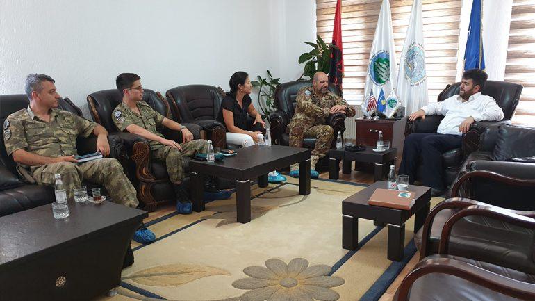 Komandanti i KFOR-it për jug-lindje, Nicola Perrone në takim lamtumirës me kryetarin e KBI-së, Naim Aliu