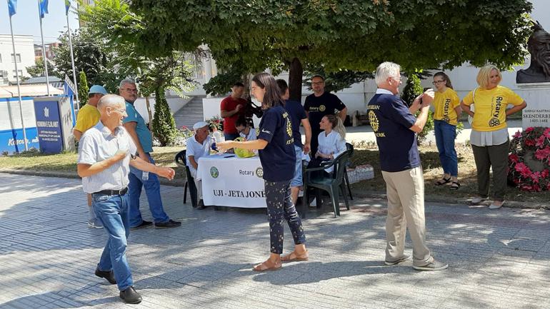Rotarianët gjilanas shpërndajnë ujë të ftohtë, këshilla për kursim të ujit dhe mundësojnë ekzaminime mjekësore