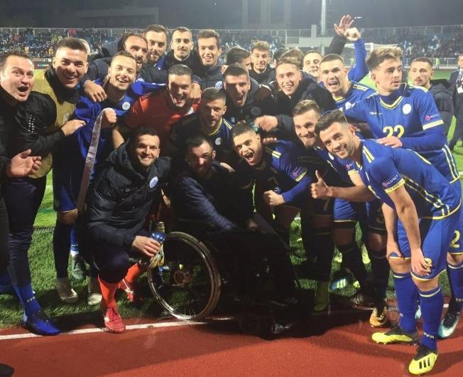 Futbollistët e Kosovës festojnë me tifozin gjilanas