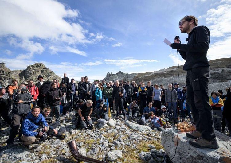 Zhduket një akullnajë në Zvicër, qytetarët mbajnë funeral simbolik