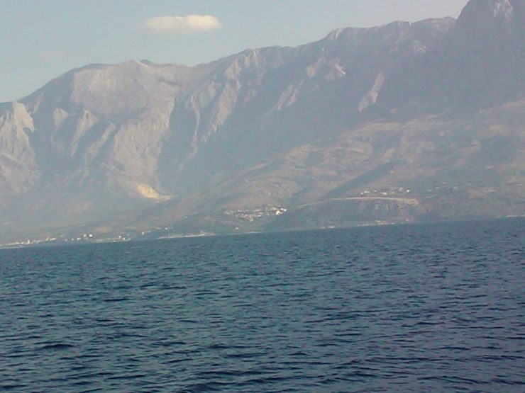Deti Adriatik goditet nga moti i lig, rrufe të përsëritshme