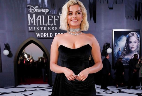 Bebe Rexha me fustanin e dizenjatores shqiptare në Hollywood