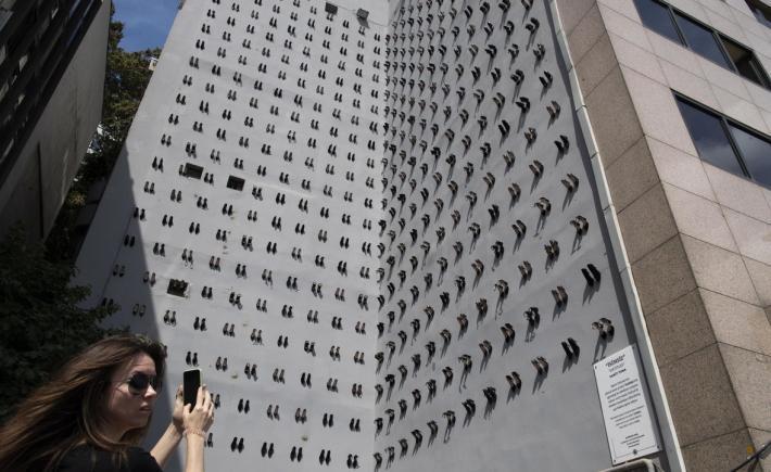 Një palë këpucë për çdo grua të vrarë nga burri, artisti turk vjen me aktivitet unik