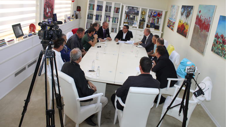 Kryetari i Gjilanit Lutfi Haziri nënshkruan kontrata për projektet infrastrukturore në vlerë prej 5.6 milionë euro