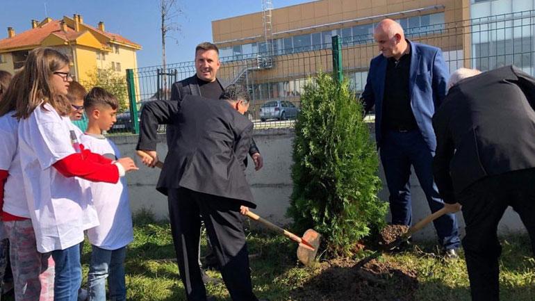 """""""Let's Do It Kosova"""" mbolli qindra fidane në 10 shkolla të komunës së Vitisë"""