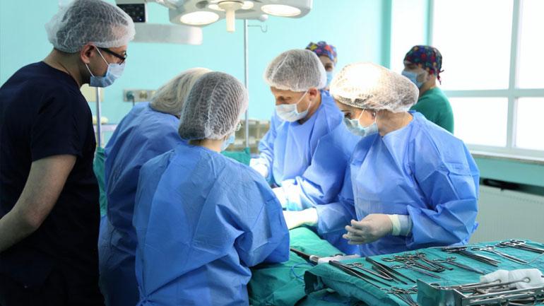 QKUK: Në gjinekologji pacientes i hiqet tumori 9 kilogramësh