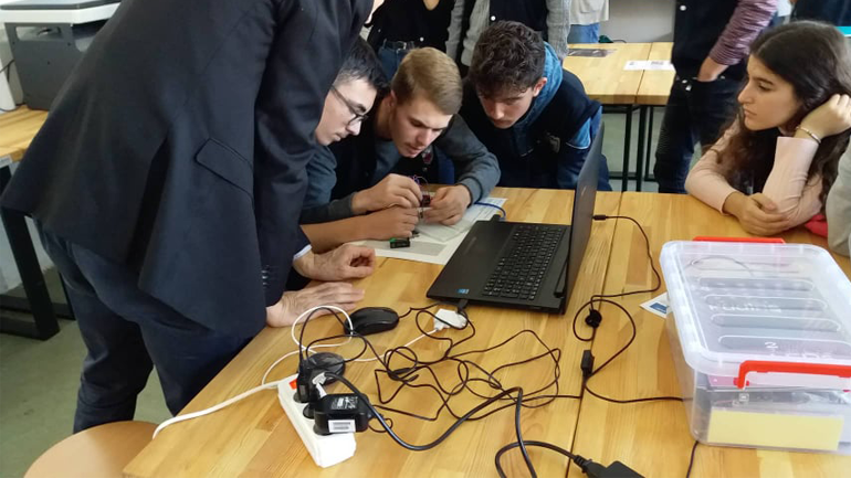 """Gjimnazi """"Kuvendi i Lezhës"""" në Viti bëhet me Qendër për Karrierë dhe Ndërmarrësi"""