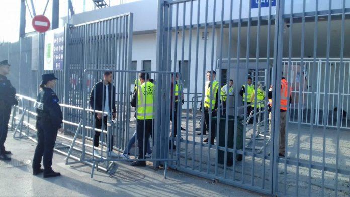 """Hapen dyert e stadiumit, futbollistët e të dyja ekipeve mbërrijnë në """"Fadil Vokrri"""""""