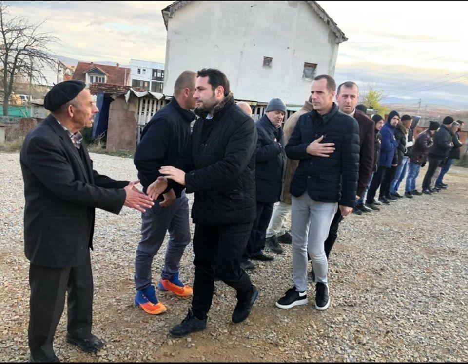 Elvis Naçi viziton familjen Abazi në Gjilan, jep lajmin e madh