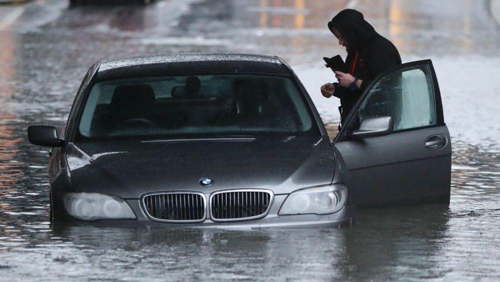 Përmbytje në Britani, evakuohen 35 familje