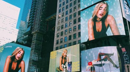 Dua Lipa përsëri në ekranet gjigante të Times Square-t