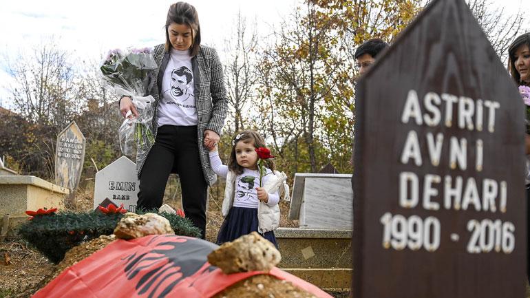 Vetëvendosje: Homazhe në përkujtim të 3-vjetorit të rënies së Astrit Deharit