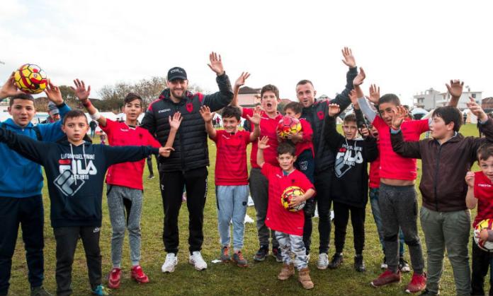 Dy lojtarët e kombëtares gëzojnë fëmijët e prekur nga tërmeti