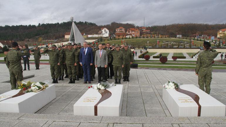 Ministri i Mbrojtjes dhe komandanti i FSK-së homazhe në Prekaz