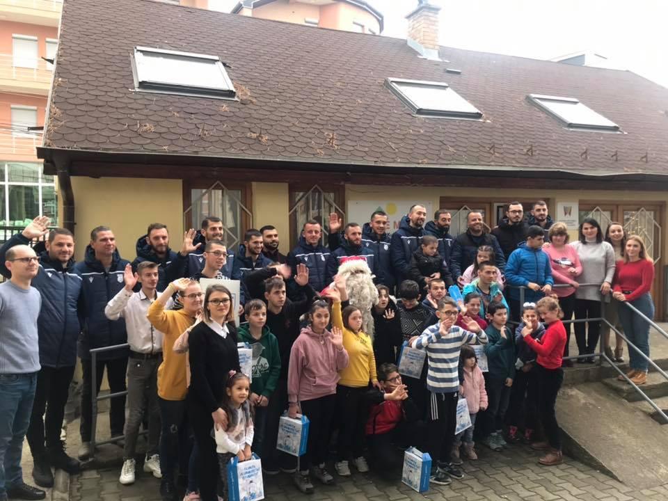 FC Drita nuk e harron zakonin e fundvitit, shpërndan dhurata për fëmijët