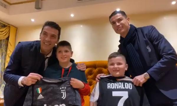 Ronaldo dhe Buffon befasojnë fëmijët shqiptarë që i shpëtuan tërmetit