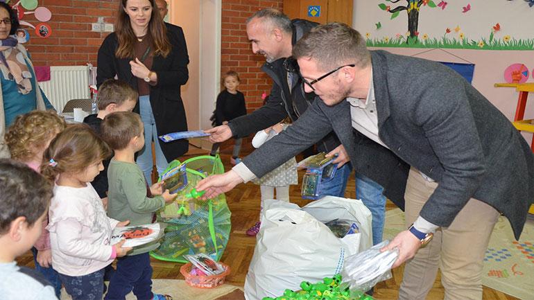 """Bashkatdhetari Naser Morina u shpërndau dhurata fëmijëve të Çerdhes """"Filizat"""""""