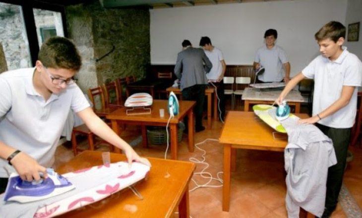 Hapet shkolla profesionale që i mëson djemtë të bëjnë punë shtëpie