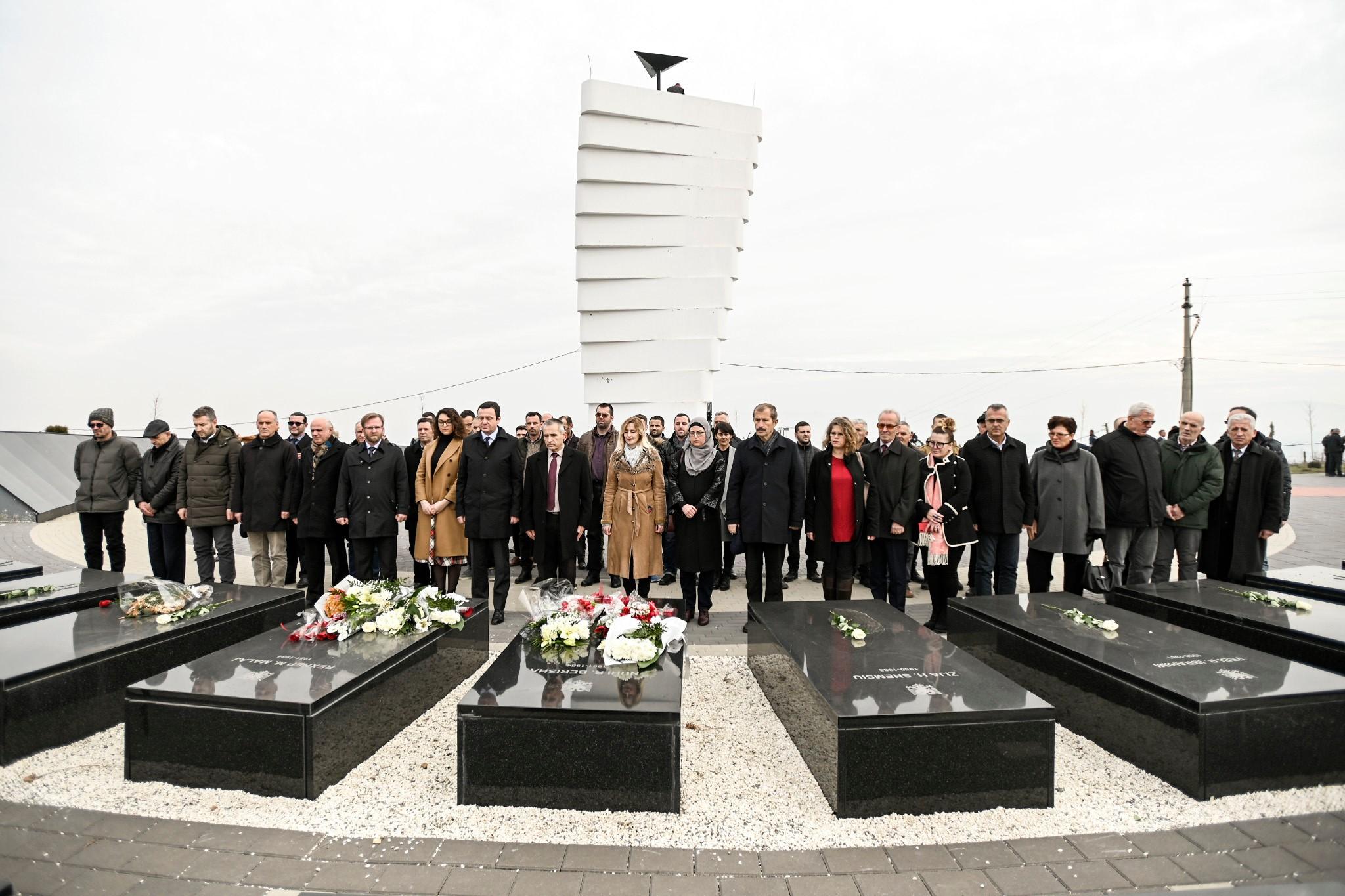 Kurti në Gjilan, bën homazhe në varrezat e Rexhep Malës dhe Nuhi Berishës