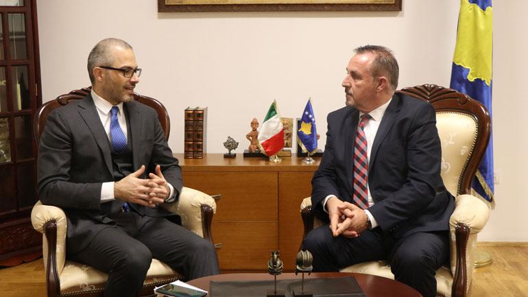 Ministri Mustafa priti në takim njoftues ambasadorin italian