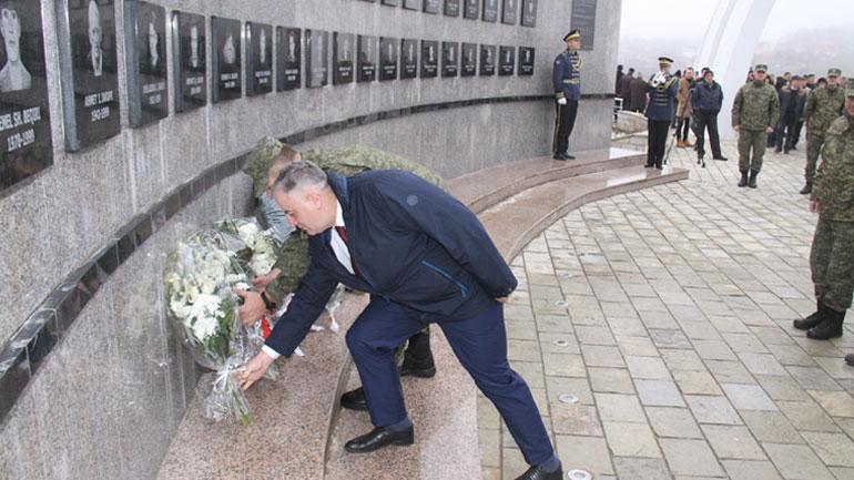Ministri dhe komandanti i FSK-së bënë homazhe në nderim të martirëve dhe dëshmorëve në Reçak