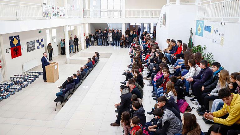 Koordinatori Hoti shpërblen me sete librash nxënësit në Novobërdë
