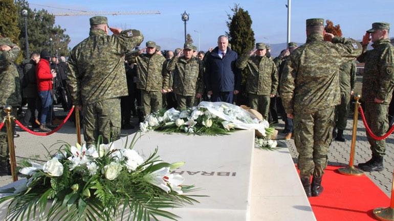 Ministri i Mbrojtjes bënë homazhe te varri i presidentit Ibrahim Rugova