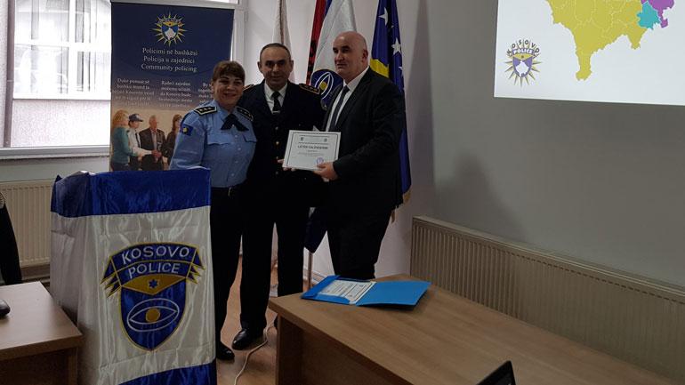 Kryetari i Vitisë nderohet me falënderim nga Policia e Kosovës