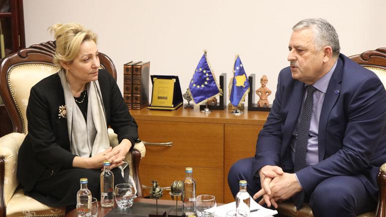Ministri Veliu priti në takim shefen e zyrës së BE-së në Kosovë Apostolova