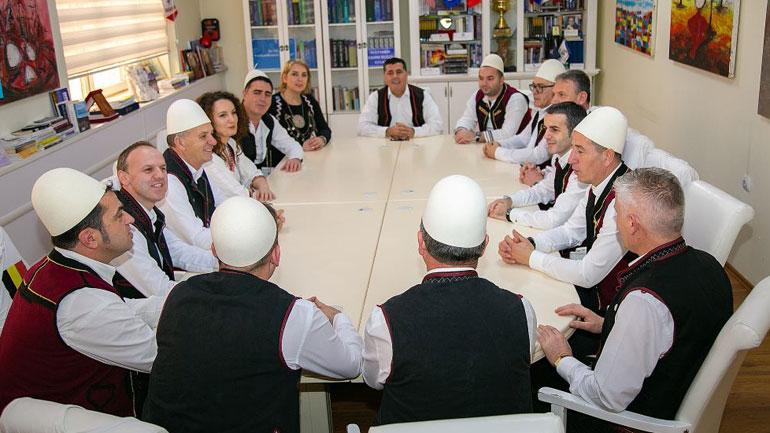 Lutfi Haziri mban mbledhje me drejtorët me veshje tradicionale