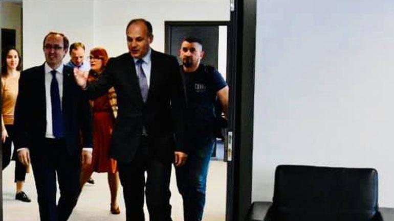 Enver Hoxhaj ia dorëzon detyrën zëvendëskryeministrit të ri Avdullah Hotit