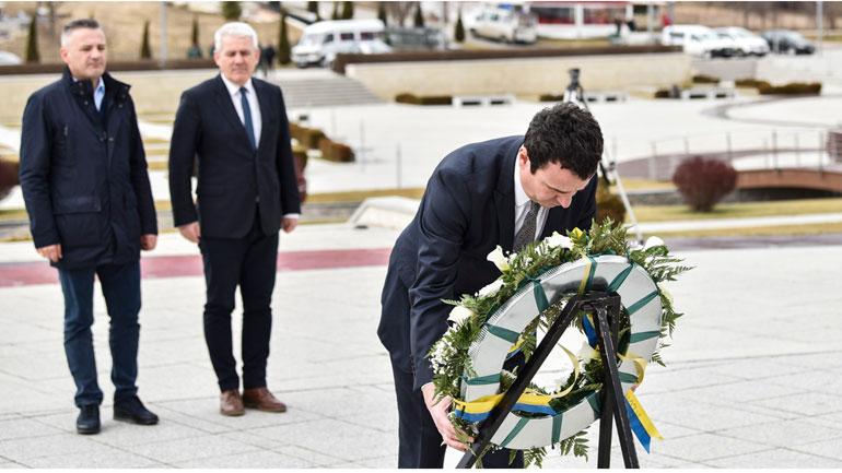 """Kryeministri Kurti bëri homazhe te Kompleksi Memorial """"Adem Jashari"""" në Prekaz"""