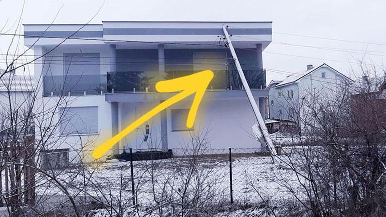 KEDS largon shtyllën elektrike të rënë mbi një shtëpi